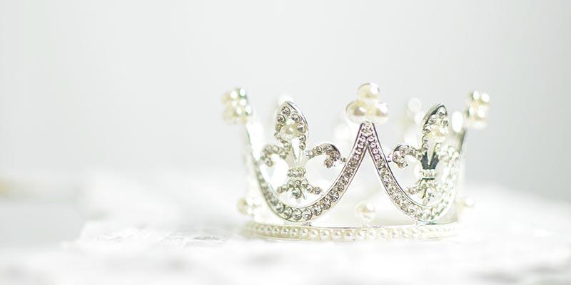 Корона с камъни и перли