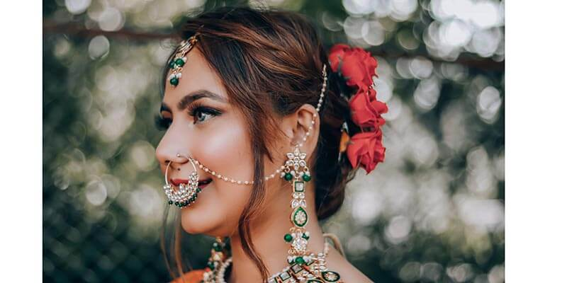 Момиче с индийски бижута