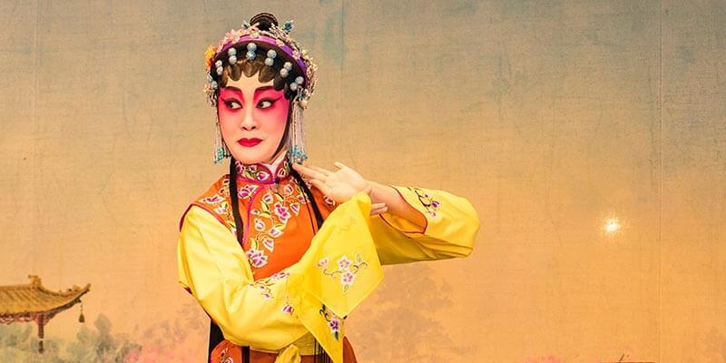 Китайка с традиционни бижута